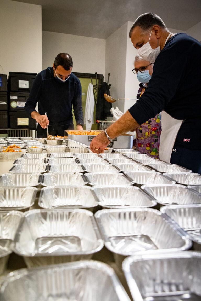 Volontari mensa Caritas