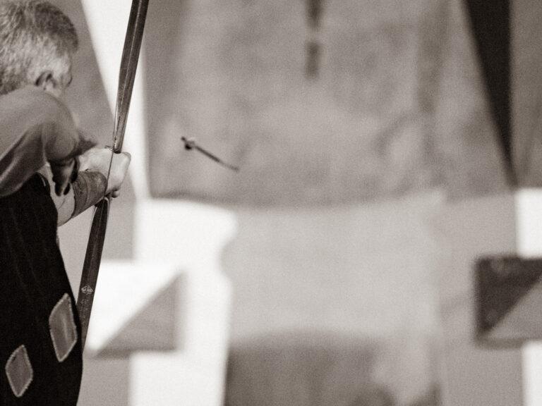 Il bravo arciere Mauro Ciarrocchi del Sestiere di Porta Tufilla scocca la sua freccia durante il Palio degli Arcieri 2021 ad Ascoli Piceno.